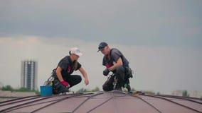 专业高空作业工人在圆顶屋顶工作 影视素材