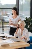 专业高级管理人员谈话在电话 免版税库存图片