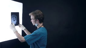 专业医生与X-射线扫描一起使用 股票录像