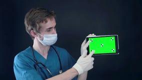 专业医生与X-射线扫描和片剂一起使用有绿色屏幕的 股票录像