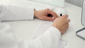 专业医生在诊所写食谱,做文书工作 医疗保健和保险概念 4K 股票视频