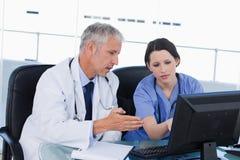 专业医疗队与计算机一起使用 免版税库存照片