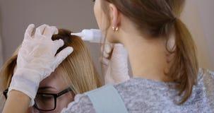 专业治疗 客户在椅子坐,当她的保重的头发专业时 影视素材