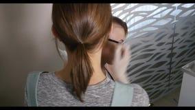 专业治疗 客户在椅子坐,当她的保重的头发专业时 股票视频