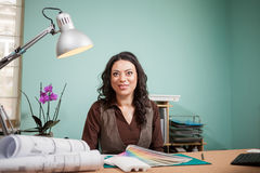专业建筑师妇女在她的有颜色卡片的办公室在f 免版税库存照片