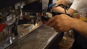 专业barista准备在繁忙的一杯热奶咖啡 股票视频