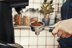 专业barista研咖啡在一家斯堪的纳维亚式咖啡店 库存照片