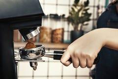 专业barista研咖啡在一家斯堪的纳维亚式咖啡店 免版税图库摄影