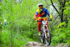 专业DH骑自行车的人在Khortytsya海岛足迹骑登山车在铁桥梁竞争时 库存照片