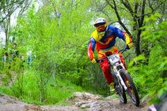 专业DH骑自行车的人在Khortytsya海岛足迹骑登山车在铁桥梁竞争, D阶段时  免版税库存图片