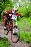 专业DH骑自行车的人在Khortytsya海岛足迹骑登山车在铁桥梁竞争, D阶段时  库存图片