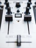 专业DJ密地控制器混音器 免版税库存图片