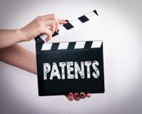 专利 拿着电影拍板的女性手 免版税图库摄影