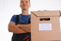 专家传讯者送货业务运载有小包的箱子 库存图片