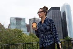 年轻专家在城市,被确定和被聚焦 免版税库存照片
