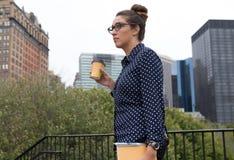 年轻专家在城市,被确定和被聚焦 库存照片