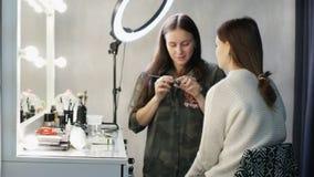 专家在模型组成工作的艺术家 时间膝部 影视素材