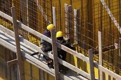 专家在建造场所的工作加强的框架 库存图片