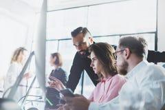 年轻专家工作在现代办公室 谈论项目负责人的队新的想法 企业乘员组与起动一起使用 库存照片