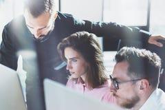 年轻专家工作在现代办公室 谈论项目负责人的队新的想法 企业乘员组与起动一起使用 图库摄影