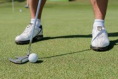 专家戏剧高尔夫球 的高尔夫球运动员拿着俱乐部和去 免版税库存照片