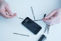 专家的技术员修理智能手机 库存照片