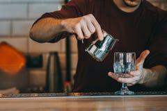 专家的男服务员做鸡尾酒 免版税库存图片