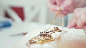 专属手工制造首饰 装饰用白色和紫色石头 影视素材