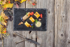 专属油酥点心开胃菜用肉馅饼装饰用蘑菇和草本在黑人委员会有秋叶和利器的, PR 免版税库存图片