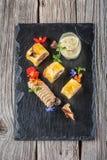 专属油酥点心开胃菜用肉馅饼装饰用蘑菇和草本在黑板,产品摄影restauran的 库存图片