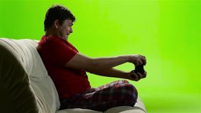专心地打一个电子游戏的游戏玩家人 绿色屏幕工作室 影视素材