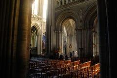 专栏和中央看法在一个美丽的中世纪哥特式大教堂里面在欧洲 免版税库存图片