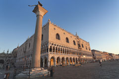 专栏和共和国总督` s宫殿在威尼斯 库存照片