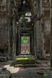 专栏和曲拱,吴哥窟,柬埔寨 免版税库存图片
