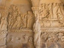 专栏罗马式雕象在教会的门廓 免版税库存图片