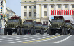 专栏BM-21-1 MLRS `在游行排练的毕业`以纪念胜利天 彼得斯堡圣徒 库存图片
