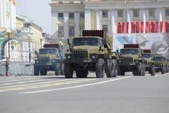 专栏BM-21-1 MLRS `在游行排练的毕业`以纪念胜利天 库存图片