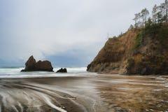世外桃源海滩在俄勒冈海岸的风雨如磐的天空下 图库摄影