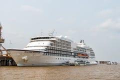 世界七大洋导航员游轮在海港口靠了码头 免版税库存照片