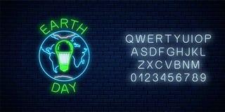 世界与地球标志的地球日和与字母表的绿色被带领的电灯泡的发光的霓虹灯广告 地球日氖横幅 库存例证