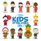 世界例证的孩子:国籍设置了2 套12个字符穿戴了用不同的全国服装 向量例证