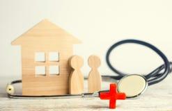 世界卫生日,家庭医学和保险的概念 听诊器和人们 库存图片