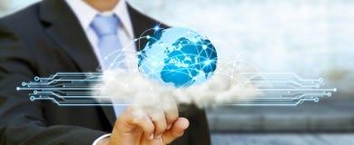 世界和云彩连接在商人手上 库存图片