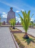 世界和棕榈树的中部的纪念碑 免版税库存图片