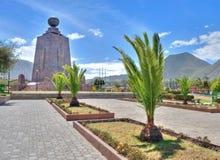 世界和棕榈树的中部的纪念碑 库存图片