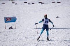 世界在北欧五国中的滑雪冠军 滑雪者在30 km的妇女` s竞选中获胜横越全国 免版税库存图片