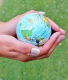 世界在您的手上 免版税库存图片