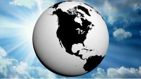 世界在黑白的地球地图转动以一晴朗的天空蔚蓝- 3D翻译录影为背景 影视素材