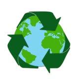 世界地图与由在木炭纸的柔和的淡色彩回收标志图画 免版税库存图片