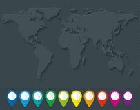 世界地图和套五颜六色的地图尖 免版税图库摄影